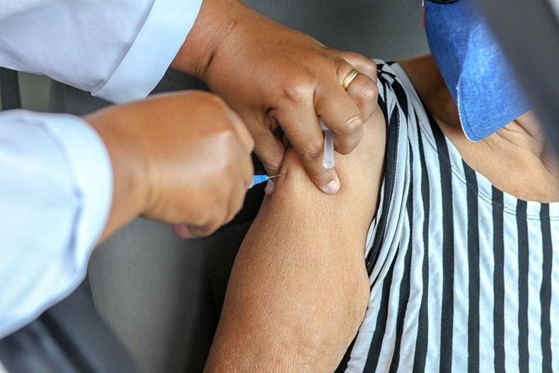Piauí recebe 25 mil novas doses de vacinas para imunizar idosos com mais de 85 anos