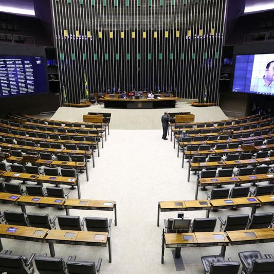 Deputados decidem restringir circulação e voltar ao home office