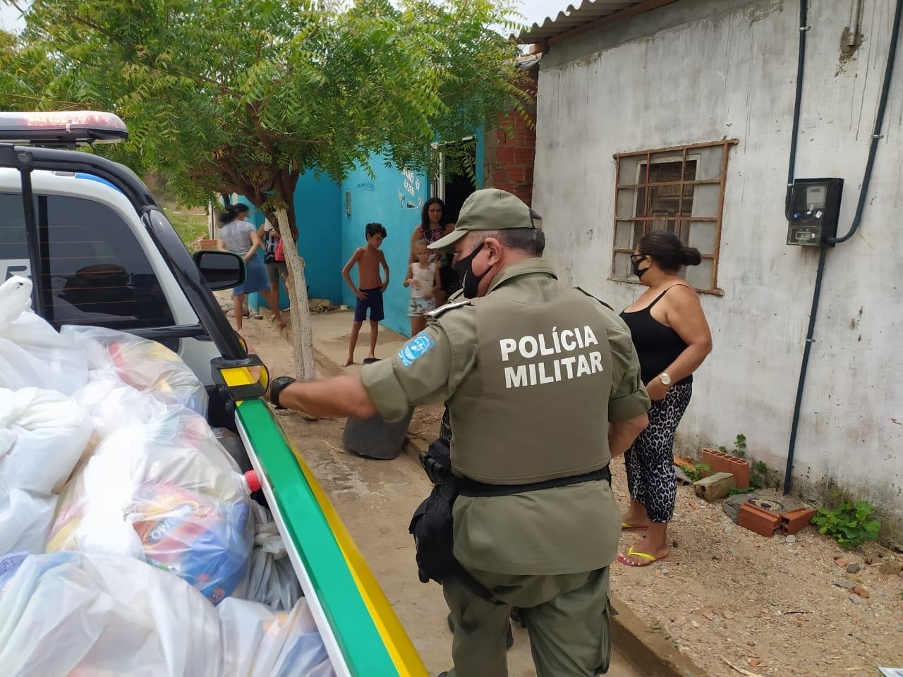 Polícia Militar de Picos realiza entrega de cestas básicas na campanha 'Natal Solidário 2020'