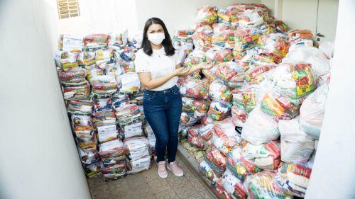 Primeira-dama de Picos entrega alimentos para famílias que não possuem renda