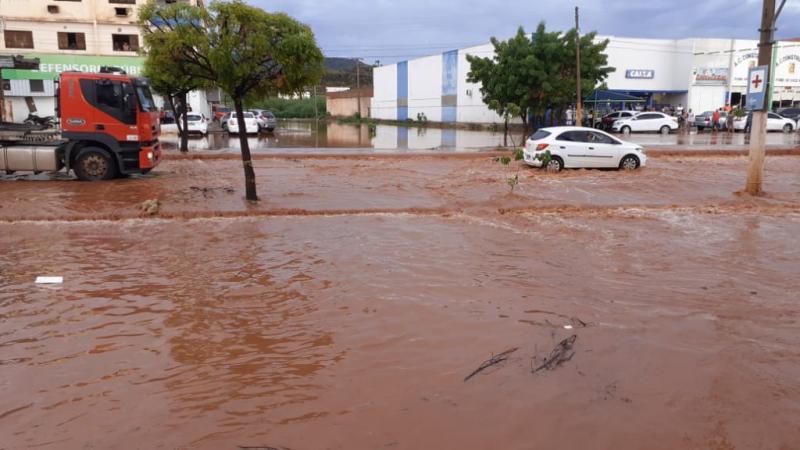 Chuva forte deixa várias ruas alagadas em Picos