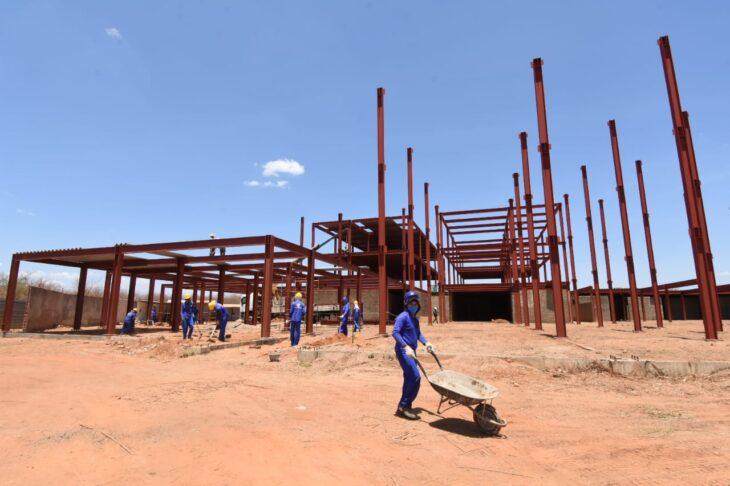 Governador visita obra de hospital que irá beneficiar 500 mil pessoas de 60 municípios