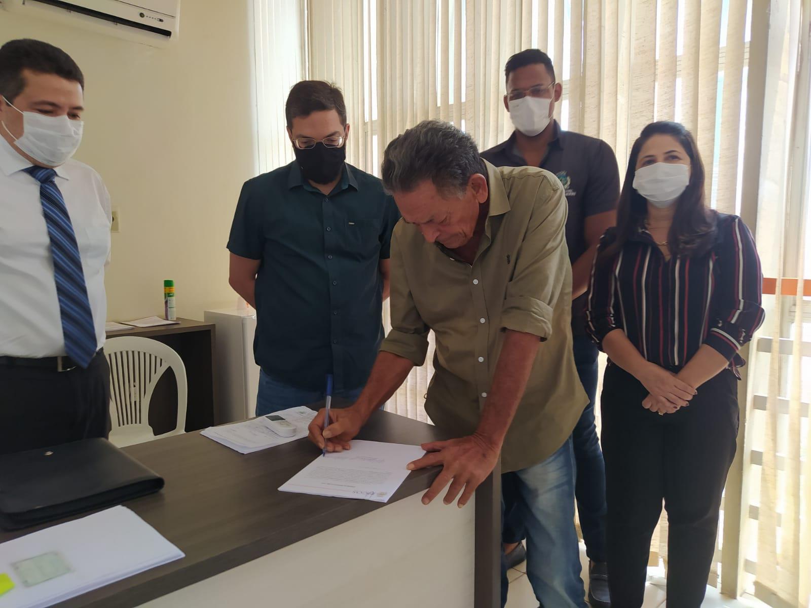 Prefeito de Picos assina ordem serviço para ampla reforma do Centro Educacional Maria Gil Medeiros