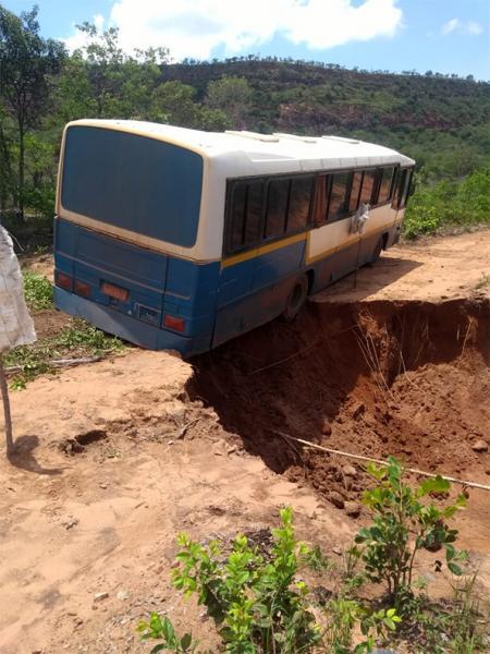 Motorista pula por janela e ônibus quase cai em cratera no Sul do Piauí