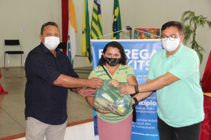 Prefeitura de Itainópolis entrega cestas básicas para famílias carentes do município