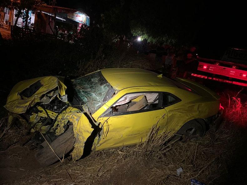 Veículo capota e dois homens ficam feridos em grave acidente na BR 316