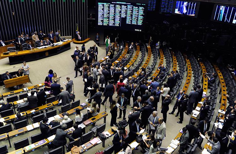Câmara aprova suspensão de pagamentos de estudantes ao Fies durante pandemia  Fonte: Agência Câmara de Notícias