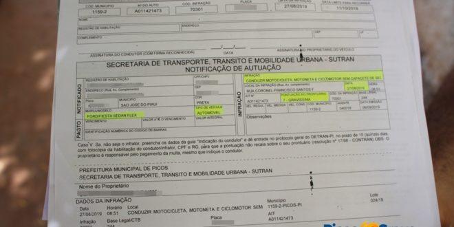 Motorista é multado por dirigir carro sem capacete em Picos