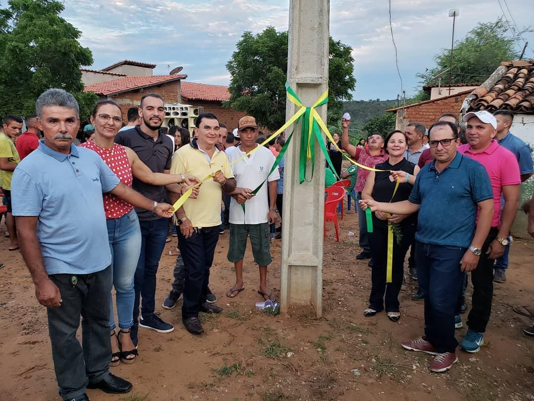 Prefeita de Santana do Piauí inaugura poste e vira motivo de piada