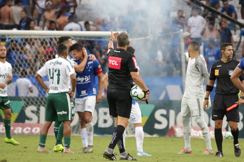 No Mineirão, Cruzeiro perde para o Palmeiras e cai para a Série B do Brasileirão