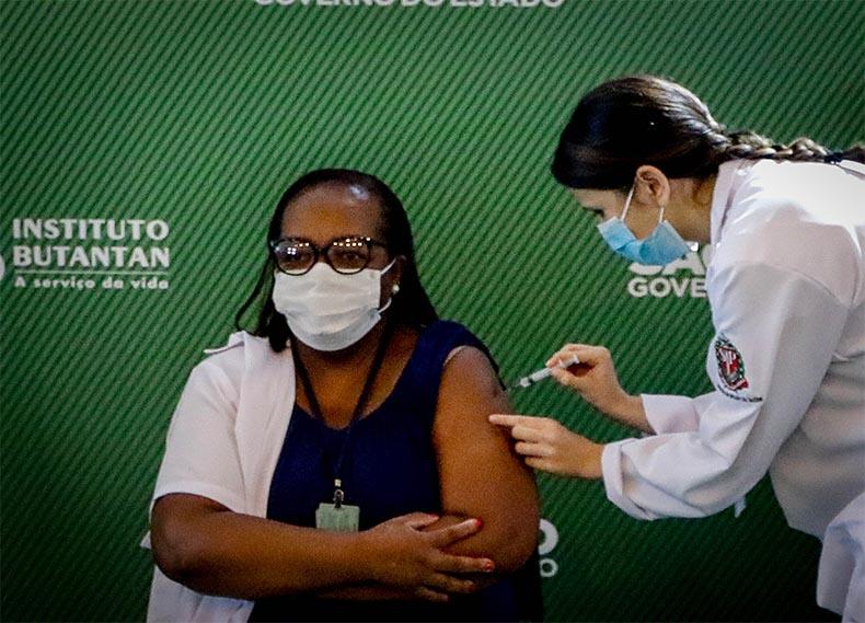 Mulher, negra e enfermeira é a 1ª a receber dose da vacina Coronavac
