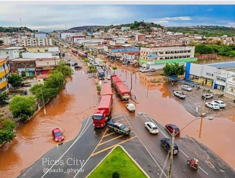 Chuva isolada alaga avenidas, casas, destrói e interdita ruas na cidade de Picos