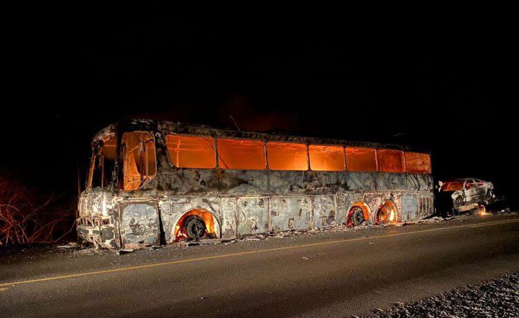 Ônibus e carro de passeio pegam fogo na BR-316 em Ipiranga do Piauí