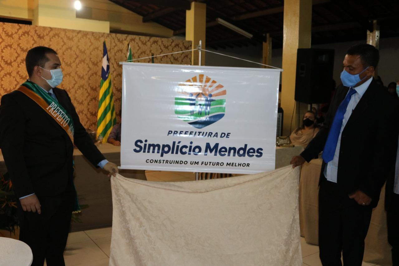 Márcio Moura toma posse como prefeito de Simplício Mendes