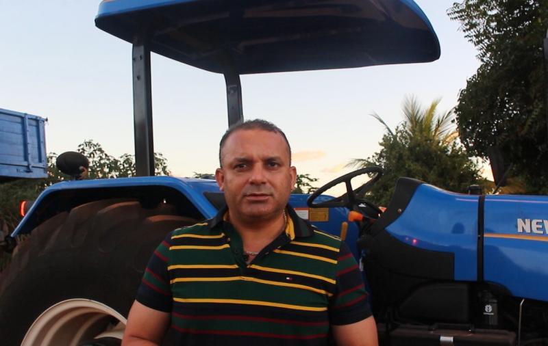 Zomim faz entrega de trator e material agrícola na localidade Angico Torto