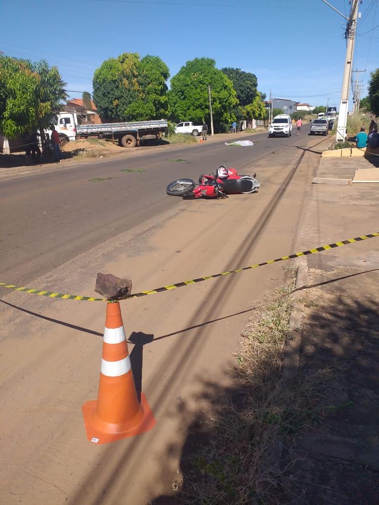 Acidente entre caminhão e motocicleta deixa pai morto e filho gravemente ferido no bairro Umari