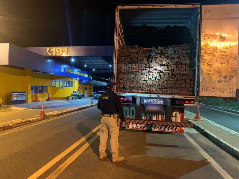 PRF apreende 48 m³ de madeira serrada na BR-230 em Floriano
