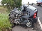Acidente entre carro e caminhão deixa três mortos presos às ferragens na BR-343