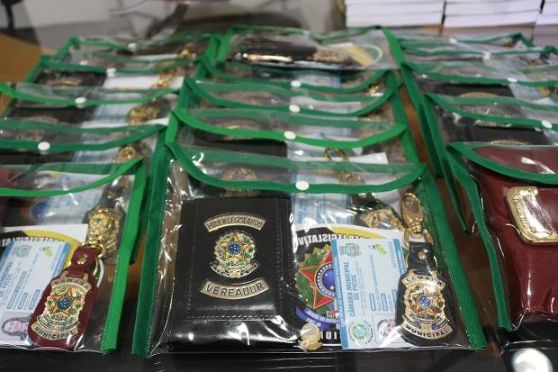 Câmara Municipal de Picos entrega carteiras funcionais de identificação aos vereadores