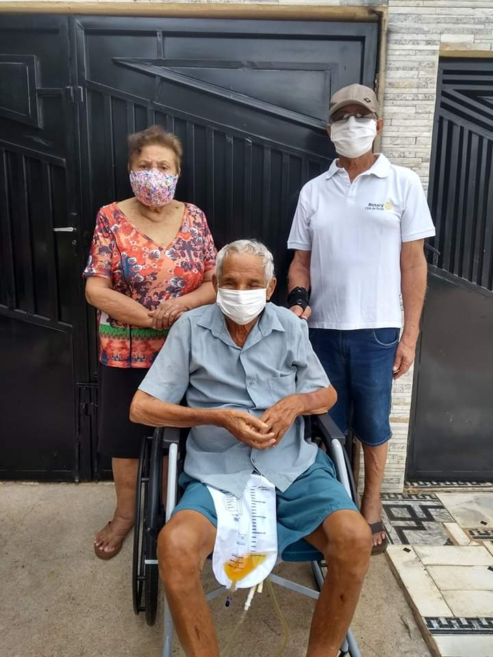 Rotarianos fazem entrega de cadeira de rodas