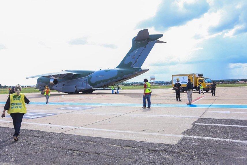 Avião da FAB com 61.160 doses da Coronavac desembarca em Teresina