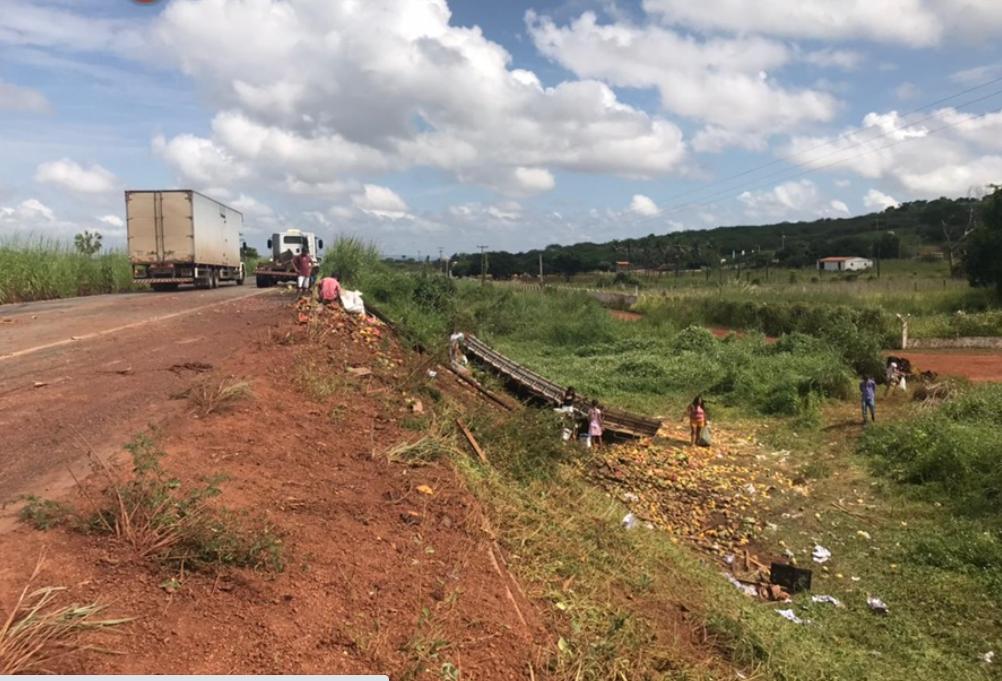 Geminiano: caminhão carregado de frutas tomba na BR-407