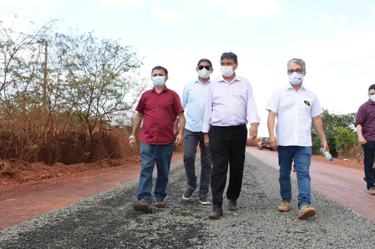 Wellington visita obras da rodovia que liga Picos à zona rural e entrega casas