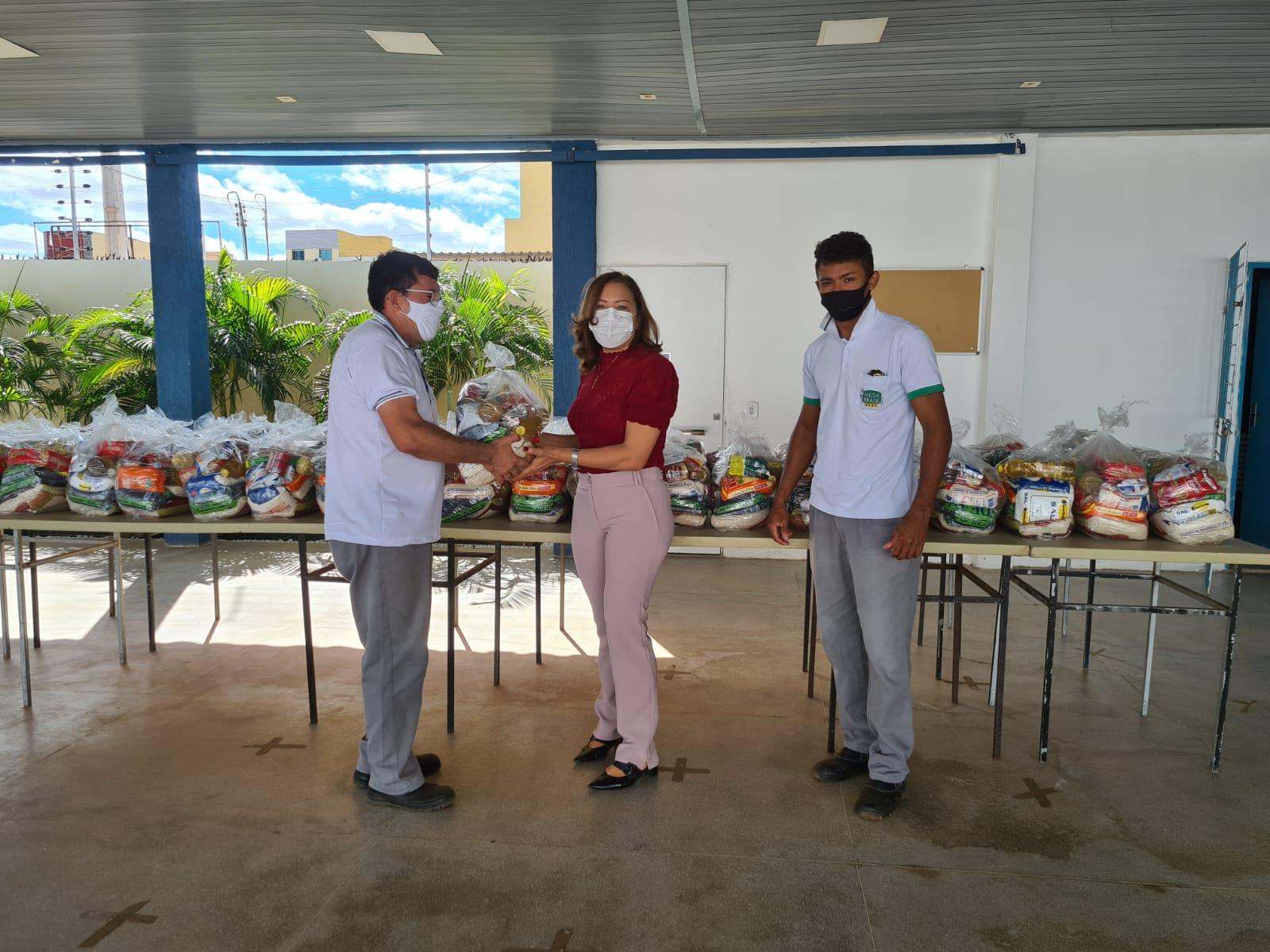 Rotary Club de Picos recebe doação de cestas básicas do Sesc