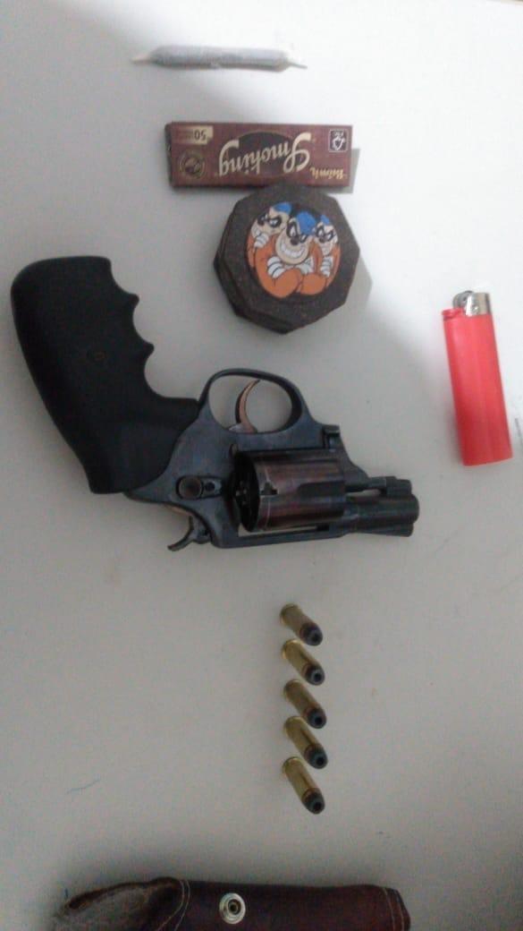Em Picos, PM prende homicida e apreende menor com arma de fogo