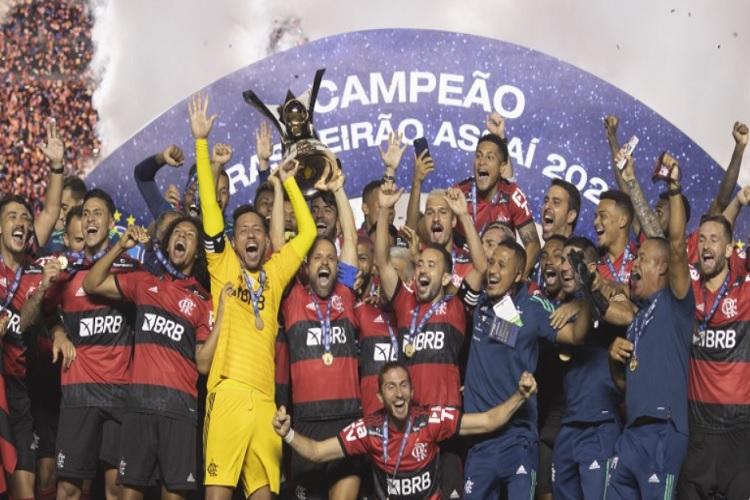Flamengo perde do São Paulo, mas é bicampeão brasileiro com tropeço do Inter