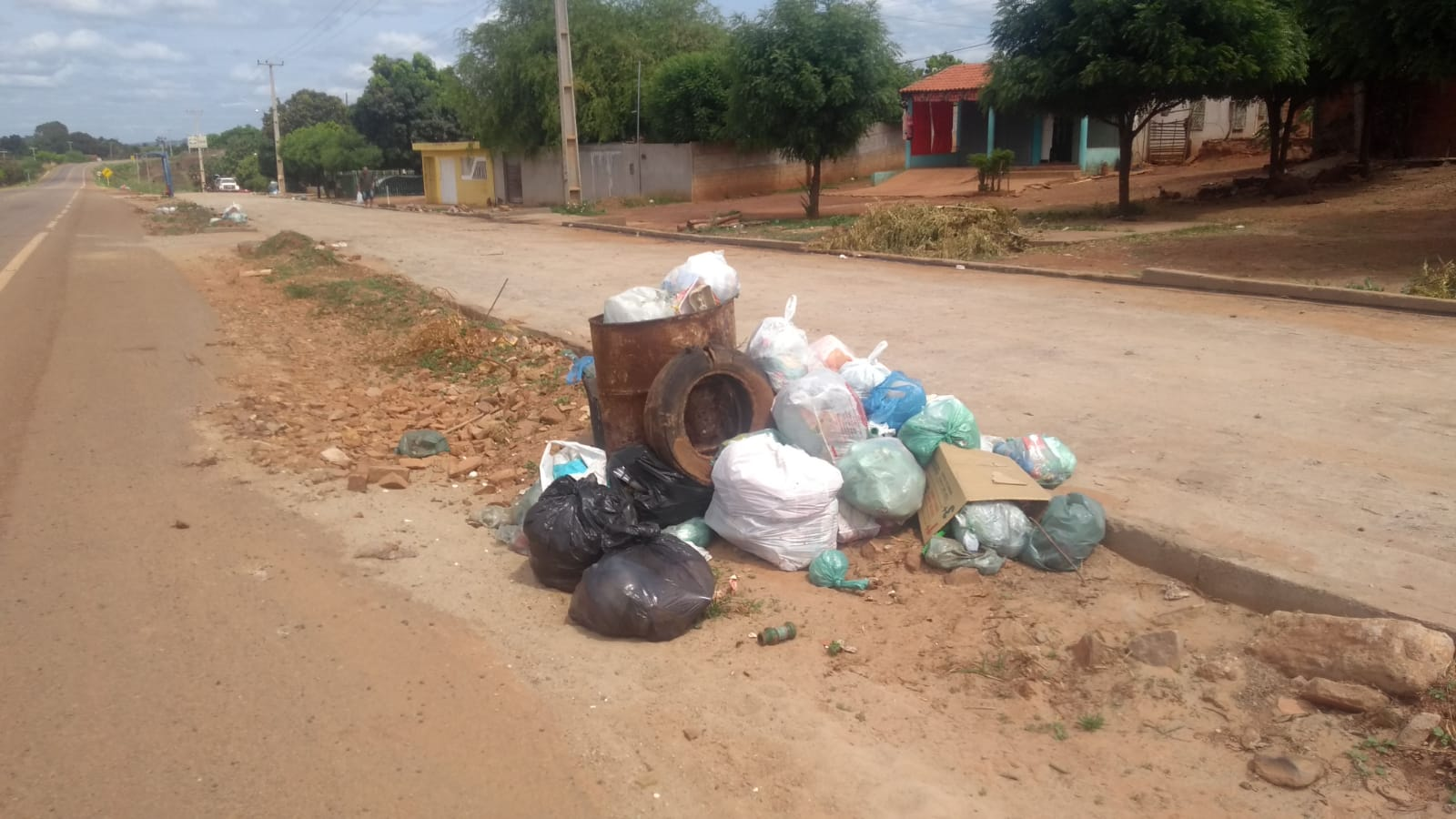 Moradores reclamam de irregularidade na coleta de lixo no bairro Samambaia