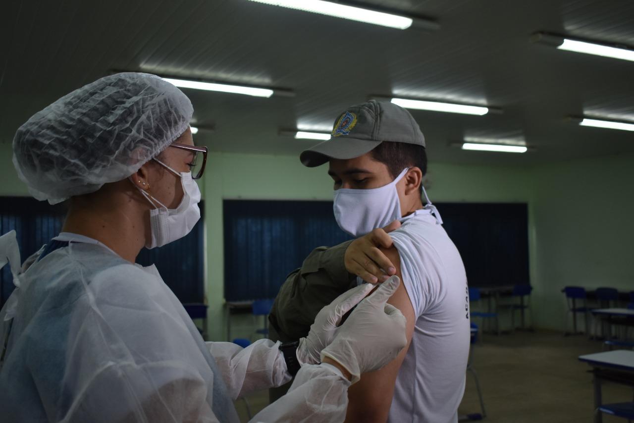 Policiais começam a receber a vacina contra Covid-19 em Picos